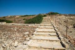 Voert de heuvel aan oude Akropolis van de archeologische plaats van Amathus, Limassol op Royalty-vrije Stock Foto's