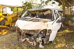 voertuig dat in een ongeval wordt vernietigd Stock Afbeeldingen