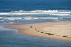 Voertuig dat op strand wordt geparkeerd Stock Fotografie