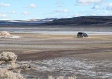 Voertuig in de woestijn wordt geplakt die royalty-vrije stock afbeeldingen