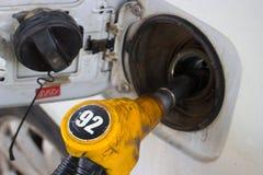 Voertuig die faciliteit van brandstof voorzien stock foto's