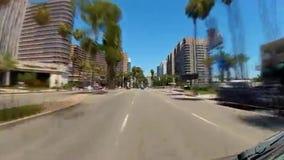 Voertuig het drijven op Oceaanboulevard in Long Beach van de binnenstad stock footage