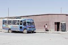 Voertuig in lege villag en wegen dicht bij Uyuni, een stad in royalty-vrije stock fotografie