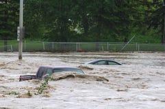 Voertuig tijdens de vloed die van Calgary wordt ondergedompeld Stock Foto