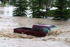 Voertuig tijdens de vloed die van Calgary wordt ondergedompeld Stock Foto's