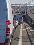 Voertuigen die Engels kanaal op Eurotunnel-trein een rij vormen te kruisen Stock Afbeeldingen