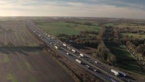 Voertuigen die langs een autosnelweg drijven stock videobeelden