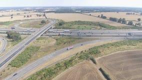 Voertuigen die langs een autosnelweg drijven stock footage