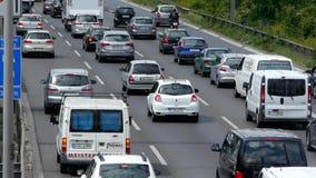 Voertuigen die op een autosnelweg drijven stock footage