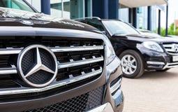Voertuigen Mercedes-Benz dichtbij het bureau van officiële handelaar Stock Afbeelding
