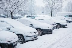 Voertuigen met hoop van sneeuw worden behandeld die Stock Fotografie