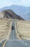 Voertuigen op de bergweg in Ladakh, India Royalty-vrije Stock Foto