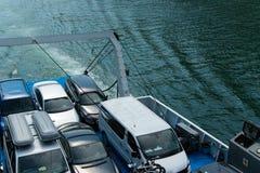 Voertuigen op de veerboot, ruimte voor tekst worden geparkeerd die Concepten - transpo royalty-vrije stock foto's
