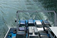 Voertuigen op de veerboot, ruimte voor tekst worden geparkeerd die Concepten - transpo stock afbeeldingen