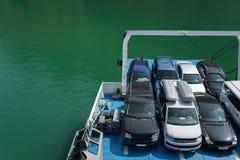 Voertuigen op de veerboot, ruimte voor tekst worden geparkeerd die Concepten - transpo stock afbeelding