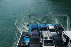 Voertuigen op de veerboot, ruimte voor tekst worden geparkeerd die Concepten - transpo stock foto