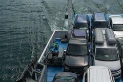 Voertuigen op de veerboot, ruimte voor tekst worden geparkeerd die Concepten - transpo royalty-vrije stock afbeeldingen