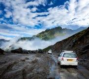 Voertuigen op slechte weg in Himalayagebergte royalty-vrije stock foto