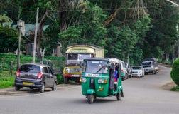 Voertuigen op straat in Nuwara Eliya stock foto