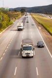 Voertuigen op weg br-374 met koplampen tijdens het daglicht die de nieuwe Braziliaanse doorgangswetten uitvoeren Stock Fotografie