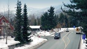 Voertuigen op Weg in Sneeuwbergstad stock footage