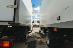 voertuigen voor de zaken van het ladingsvervoer vrachtwagens kleine en medium-duty vrachtwagens de nieuwe werkende bestelwagens v stock afbeelding