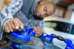 Voertuigglazenmaker die zuiging gebruiken om windscherm te verwijderen royalty-vrije stock afbeeldingen