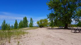 Voertuigparkeerplaats langs Sunny Beautiful Beach Sand in de Zomer De warme Oever van het Zonneschijnstrand naast Openbare Autopa stock footage