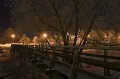 Voet brug bij nacht. Suzdal, Rusland. Stock Afbeelding