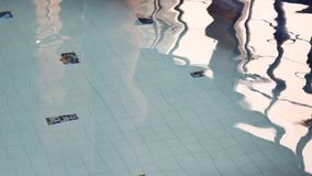 Voet in de pool stock footage