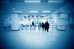 Voet de toegangspoorten van de metropost stock afbeeldingen
