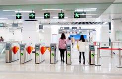 Voet de toegangspoorten van de metropost royalty-vrije stock afbeelding