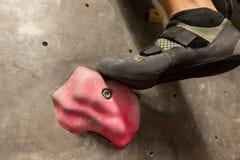 Voet die van de mens bij binnen het beklimmen gymnastiek uitoefenen Stock Afbeeldingen