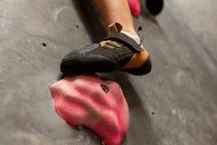 Voet die van vrouw bij binnen het beklimmen gymnastiek uitoefenen Stock Foto's