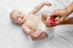 Voet en teenpedicure voor pasgeboren Moeder scherpe teennagels voor baby met liefde en zorg, close-up Hygiëne concept het schoonm royalty-vrije stock afbeeldingen