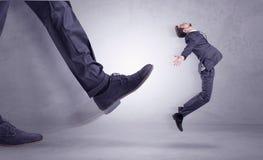Voet het schoppen, zakenman het vliegen stock afbeelding