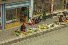 Voet het winkelen straat met de verkoop van vruchten en groenten stock fotografie