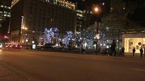 Voet jaywalking nachtstraat stock videobeelden