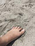Voet op een zandig strand in de zomer Royalty-vrije Stock Afbeelding