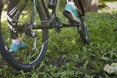 Voet op pedaal van fiets in park, de actieve zomer Stock Foto