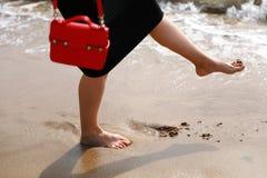 Voet op zandig strand stock fotografie