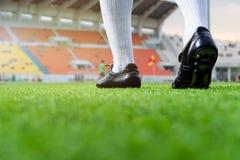 Voet voetbal playerwalk op groen gras Stock Afbeeldingen