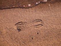 Voetafdruk van een schoen op een strand met water royalty-vrije stock fotografie