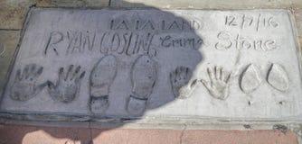 Voetafdrukken en Handprints van Ryan Gosling en Emma Stone bij Chinees Theater in Hollywood - LOS ANGELES - CALIFORNIË - stock afbeelding
