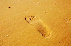Voetafdrukken in het zand Afdruk van mensen` s voet op het zand op het strand Royalty-vrije Stock Afbeeldingen