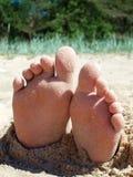 Voetafdrukken in het zand door het overzees Royalty-vrije Stock Foto's