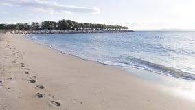 Voetafdrukken in het zand langs het overzees Royalty-vrije Stock Afbeelding