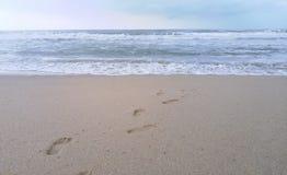 Voetafdrukken in het zand op het strand, Thailand Royalty-vrije Stock Fotografie
