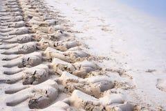 Voetafdrukken in het zand van de wielen die van de tractor, de kust van puin schoonmaken royalty-vrije stock afbeeldingen