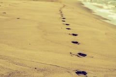 Voetafdrukken op de zandige kust Royalty-vrije Stock Foto